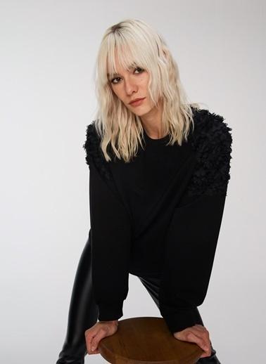 People By Fabrika Omuzları Çiçek Detaylı Sweatshirt Siyah